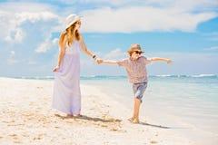 Belle mère heureuse dans la longue robe blanche Image stock