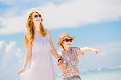 Belle mère heureuse dans la longue robe blanche Photographie stock