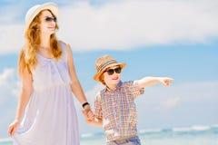 Belle mère heureuse dans la longue robe blanche Photos libres de droits