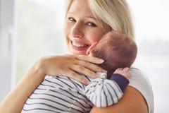 Belle mère tenant son enfant nouveau-né photo stock