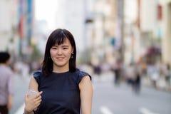 Belle Madame japonaise dans la ville images stock