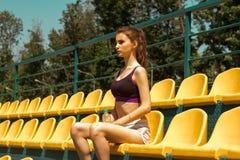 Belle Madame sportive dans le dessus noir et les shorts tenant une bouteille de l'eau Images stock