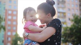 Belle madre e figlia all'aperto Bella mummia e suo il bambino che giocano insieme nel parco Risata del bambino e della mamma archivi video