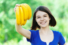 Belle main de bananes de groupe de femme photographie stock libre de droits