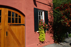 Belle maison avec des fleurs dans la fenêtre Photo stock