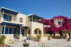 Belle maison avec des fleurs de bouganvillea Images stock
