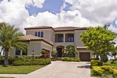 Belle maison avec le toit de tuile Image stock