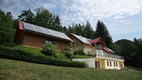 Belle maison avec les panneaux solaires sur le toit banque de vidéos