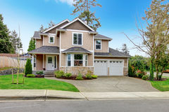 Belle maison beige de voie de garage avec la base lapidée Image stock