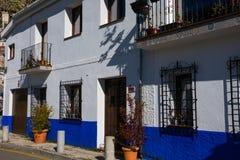 Belle maison bleue et blanche Route de Sacromonte Photos stock