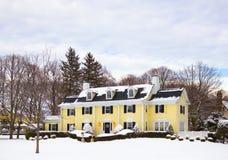 Belle maison dans la neige photographie stock libre de droits