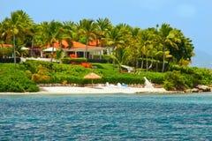 Belle maison de bord de mer avec la plage sur l'Antigua Photo libre de droits