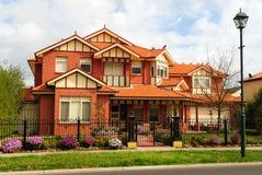 Belle maison de brique de deux histoires Photos stock