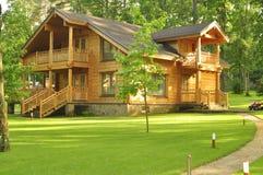 Belle maison en bois dans la forêt Photos stock