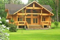 Belle maison en bois dans la forêt Photographie stock libre de droits