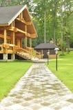 Belle maison en bois dans la forêt Photo stock