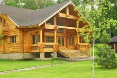 Belle maison en bois dans la forêt Images stock
