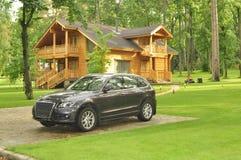Belle maison en bois dans la forêt Photographie stock