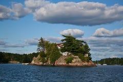 Belle maison en bois de luxe sur une île Image libre de droits