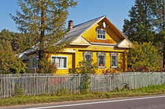 Belle maison en bois jaune Photo stock