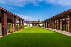 Belle maison en bois moderne avec des fenêtres en verre teinté, vue Image libre de droits