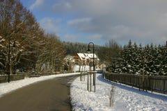 Belle maison en environnements de l'hiver images libres de droits