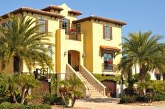 Belle maison espagnole de trois histoires en Floride Image libre de droits
