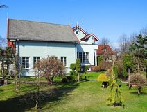 Belle maison et jardin gentil, Lithuanie images libres de droits