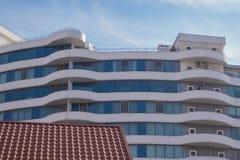 Belle maison moderne de couleur bleue avec les balcons blancs contre le ciel bleu image stock