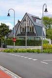 Belle maison moderne sur la rue de Haarlemmerstraat dans Zandvoort Image stock