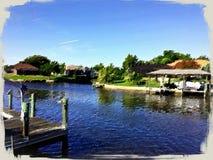 Belle maison par le dock de bateau Photo stock