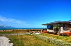 Belle maison près de la mer Photographie stock