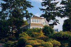 Belle maison sur la côte images libres de droits