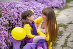 Belle maman blonde de mère avec sa fille de sourire mignonne de fille portant les vêtements colorés appréciant le temps ensemble  Image libre de droits