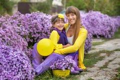 Belle maman blonde de mère avec sa fille de sourire mignonne de fille portant les vêtements colorés appréciant le temps ensemble  Photographie stock libre de droits