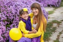 Belle maman blonde de mère avec sa fille de sourire mignonne de fille portant les vêtements colorés appréciant le temps ensemble  Image stock