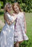 Belle maman et fille posant pour la photo dans le jardin Images libres de droits