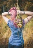 Belle mani della donna con il mazzo dei fiori selvaggi di estate immagini stock