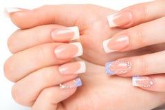 Belle mani femminili con il manicure francese Fotografia Stock Libera da Diritti