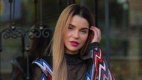 Belle mannequin femme à la mode posant près d'un immeuble de luxe clips vidéos