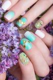 Belle manucure de turquoise avec des cristaux sur la main femelle Plan rapproché photos stock