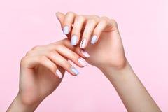Belle manucure rose et bleue avec des cristaux sur la main femelle Plan rapproché photo libre de droits