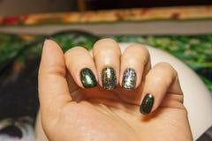 Belle manucure verte, vernis ? ongles sur des ongles de diff?rentes nuances de vert, avec un l?ger ?clat et un grand miroitement photo libre de droits