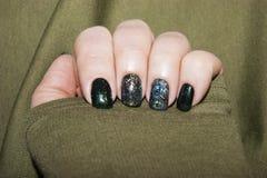 Belle manucure verte, vernis ? ongles sur des ongles de diff?rentes nuances de vert, avec un l?ger ?clat et un grand miroitement photographie stock