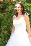 Belle mariée à l'extérieur devant des fleurs images libres de droits