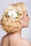 Belle mariée avec la coiffure de mariage de mode Photographie stock
