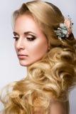 Belle mariée avec la coiffure de mariage de mode Photo libre de droits