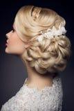 Belle mariée avec la coiffure de mariage de mode Image stock
