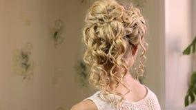 Belle mariée avec la coiffure de mariage de mode banque de vidéos