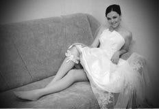 Belle mariée avec la jarretière sur la patte photographie stock libre de droits